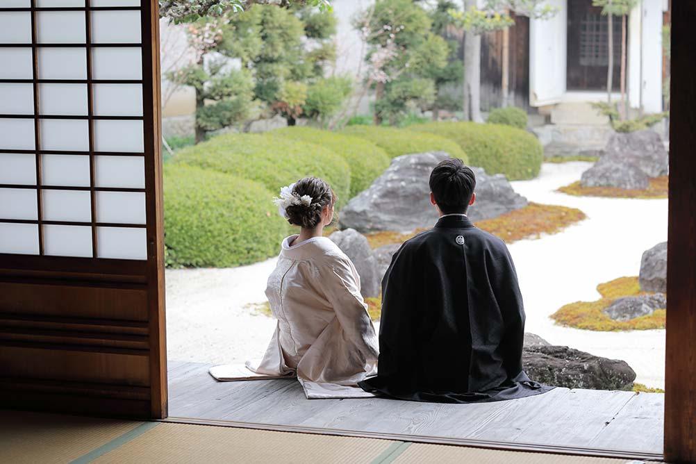 枯山水に庭園で京都の和装フォトウェディング写真
