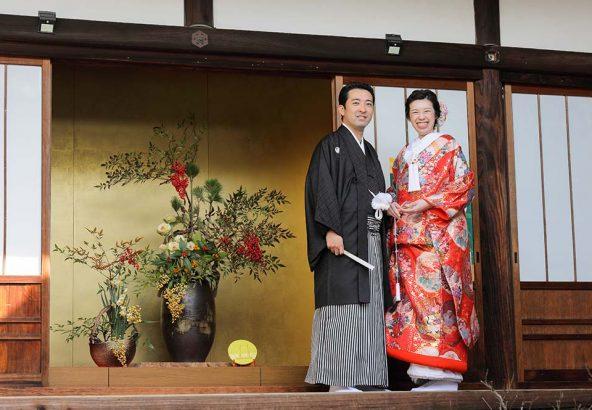 お正月飾りの前での和装結婚写真