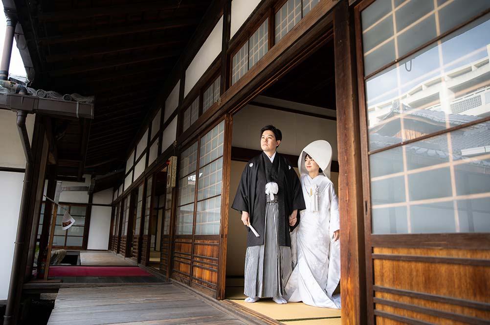 京都のお寺の境内で和装前撮り写真