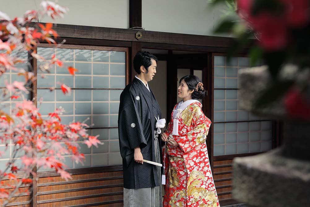 京都のお寺の境内にて紅葉と椿とフォトウェディング