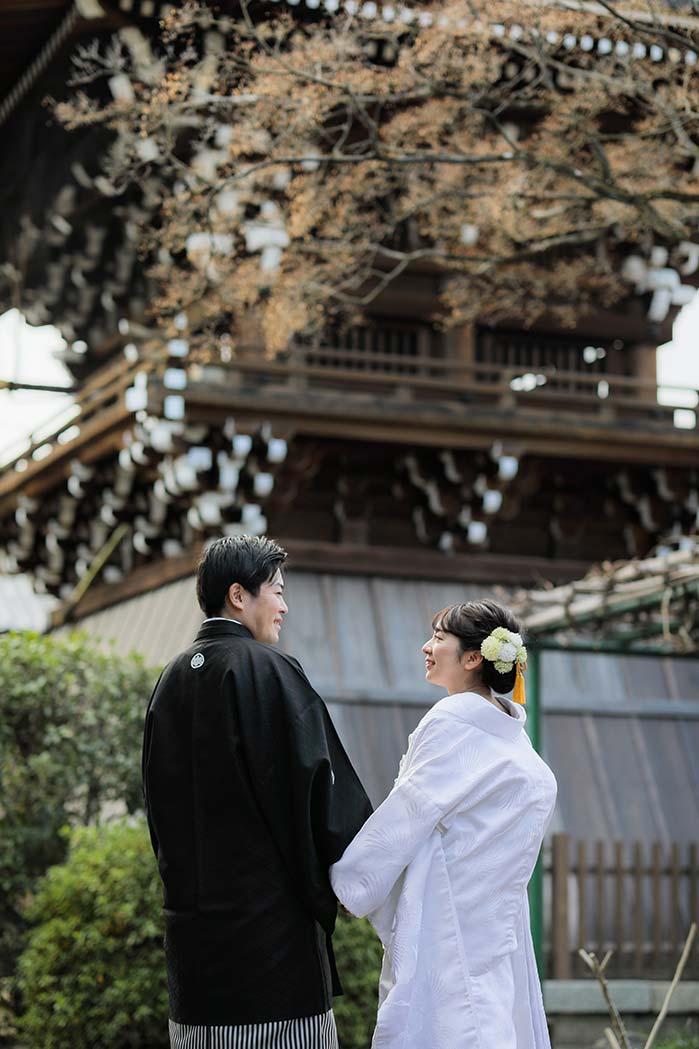 お寺の境内にて白無垢で前撮りショット