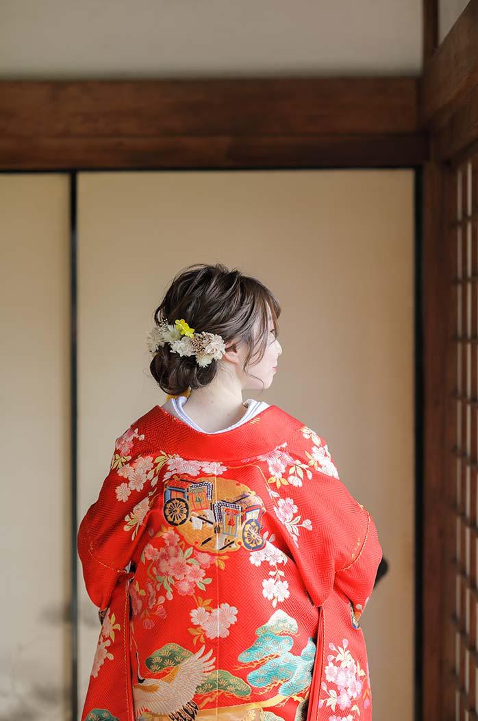 ゆるめのヘアセットにドライフラワーの髪飾りの花嫁様
