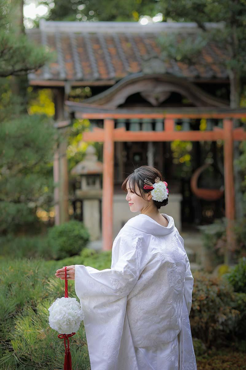 背中の刺繍が豪華な純白の白無垢姿の花嫁様