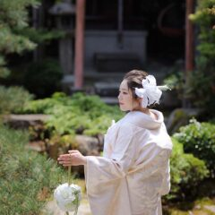 ボールブーケを持った白無垢姿の花嫁様