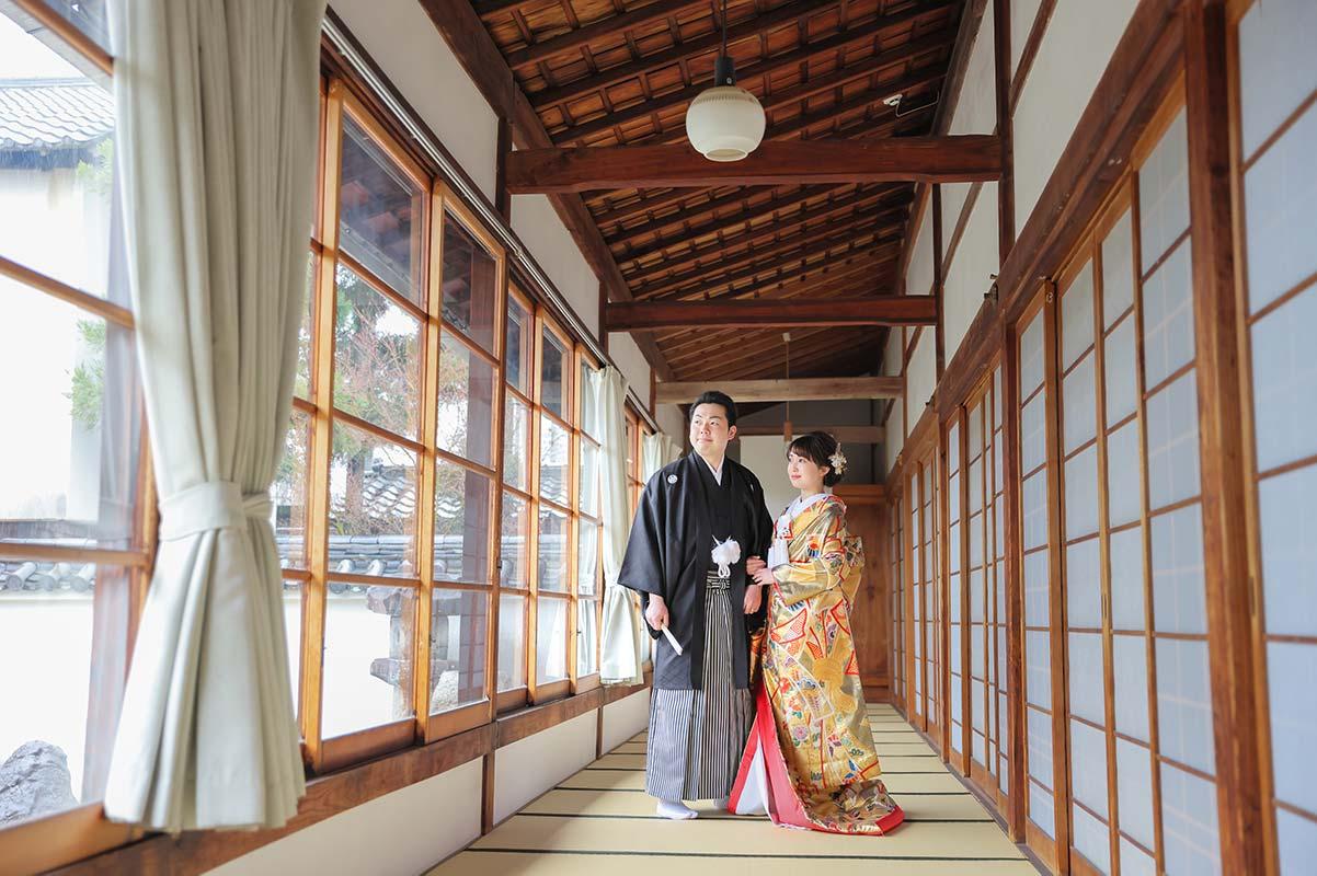 お寺の廊下での和装婚礼お写真