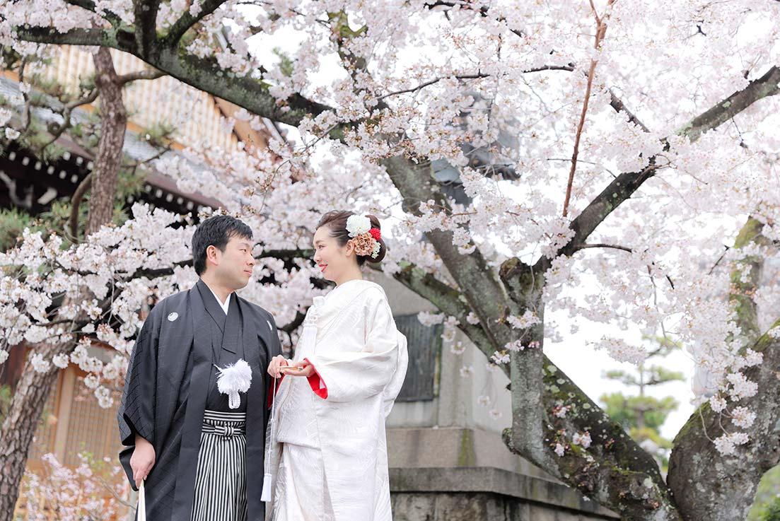 京都のお寺の本堂前での和装前撮りお写真
