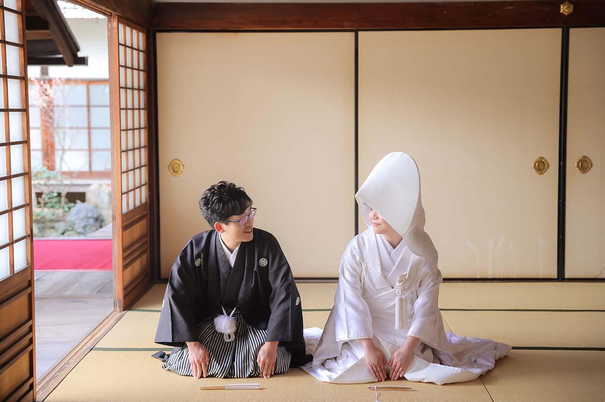 白無垢綿帽子姿での正座の和装写真