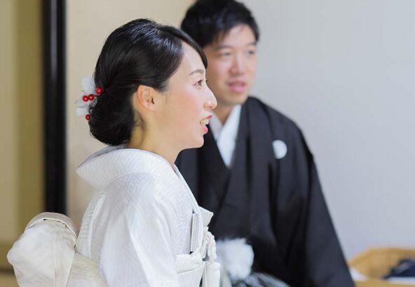 掛下姿の花嫁様のお支度風景のカット