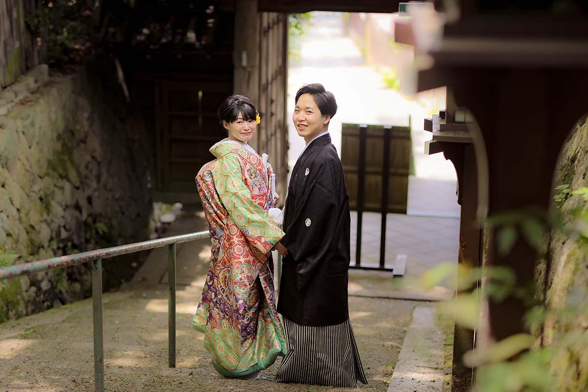 京都長楽寺の階段で振り返る和装の新郎新婦様