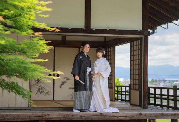 白無垢と羽織袴姿で京都のお寺で後撮りのお写真。