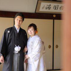 腕を組んだ白無垢と羽織袴姿の新郎新婦様