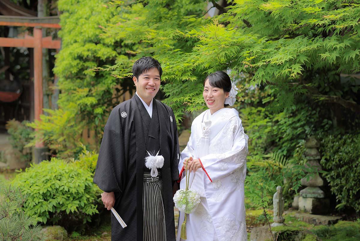 京都のお寺のお庭の新緑を背景にした白無垢・羽織袴姿の新郎新婦様