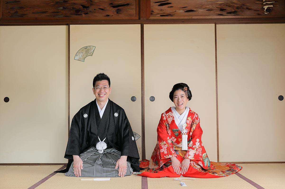 京都紅葉庵和室での正座で笑顔の新郎新婦様