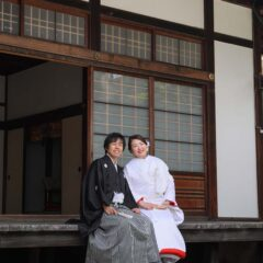 表書院にてお庭を眺める白無垢羽織袴姿の新郎新婦様