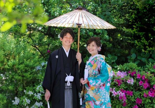 ツツジを背景に番傘を使った結婚記念写真