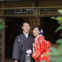 腕を組んで笑顔で京都で前撮り
