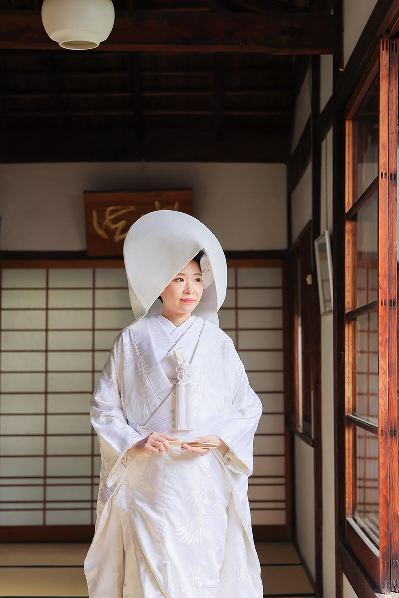 屋内庭園から差し込む光とともに綿帽子姿の花嫁様を撮影