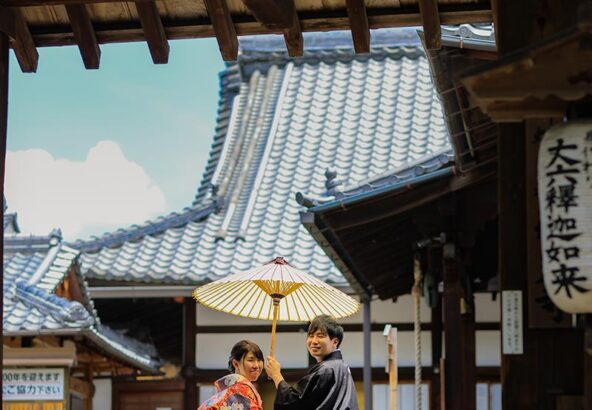 京都の梅雨明けの青空と結婚写真