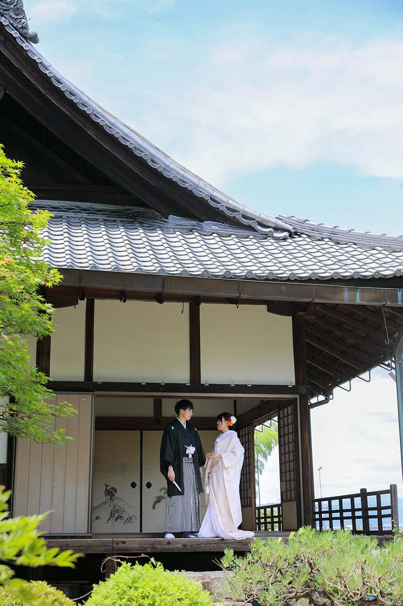 青空と白無垢で結婚写真