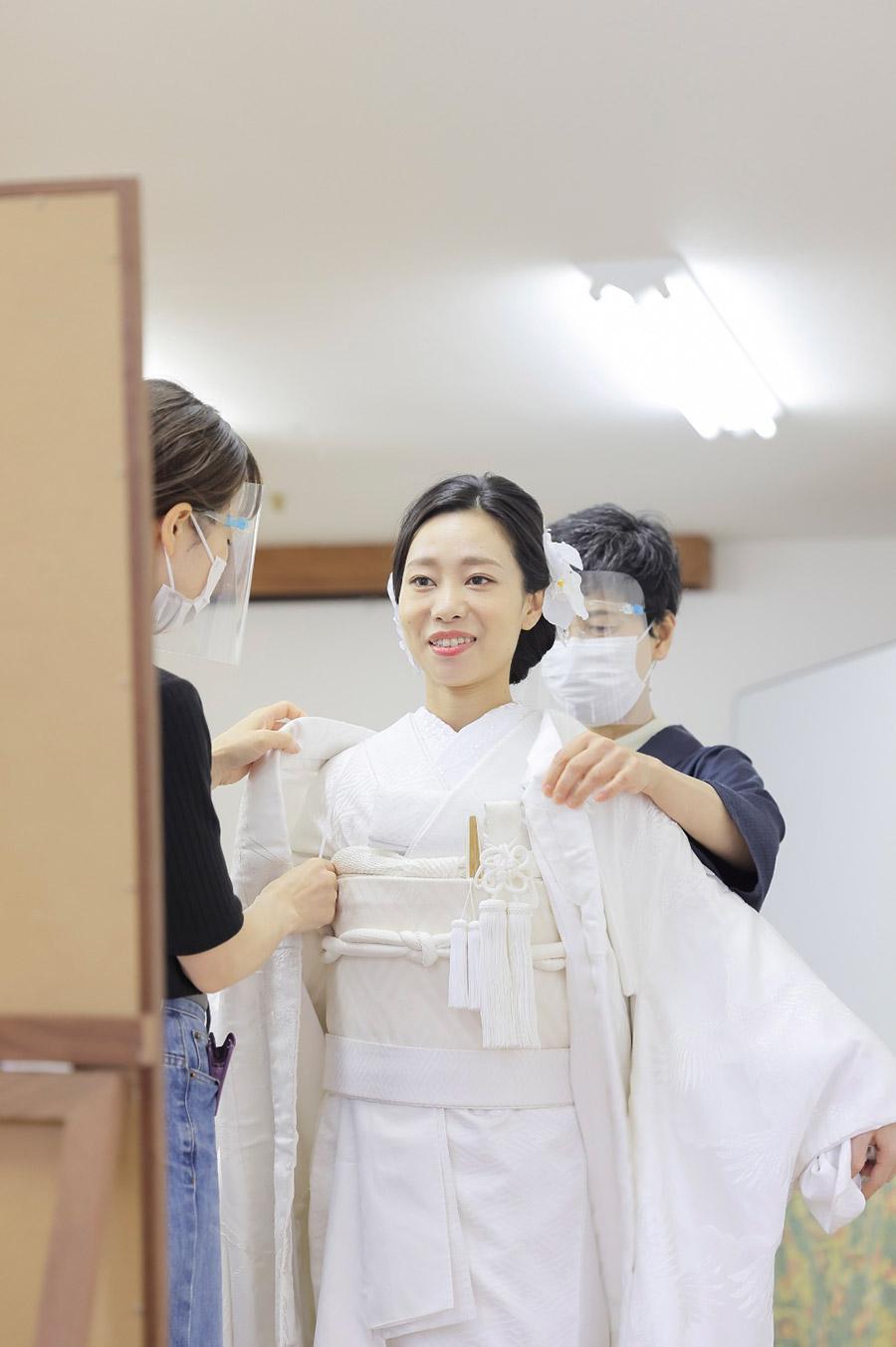 花嫁様の白無垢の着付け風景