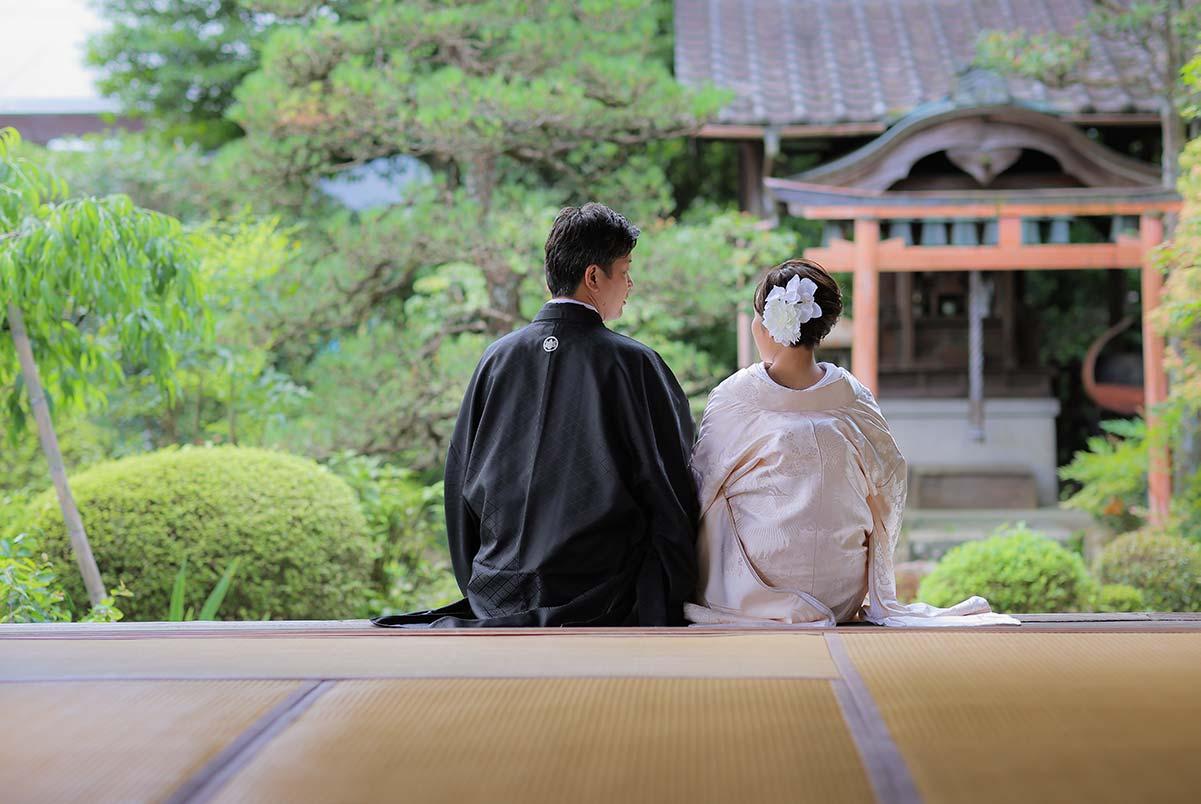 お寺の縁側に腰掛けたウェディングフォト