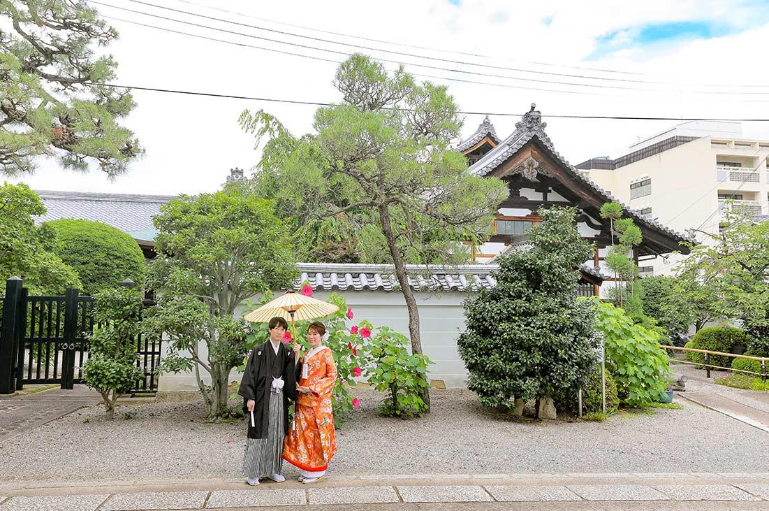 芙蓉のお花と松を背景にした和装婚礼写真