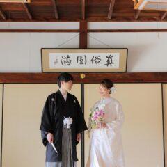 白無垢姿でブーケを持った花嫁様と新郎様