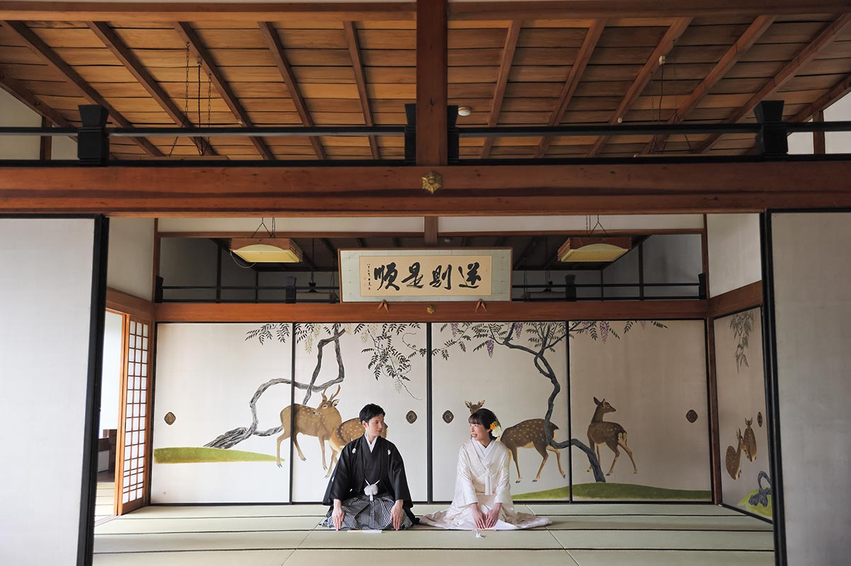 鹿の襖絵前での特別な結婚写真