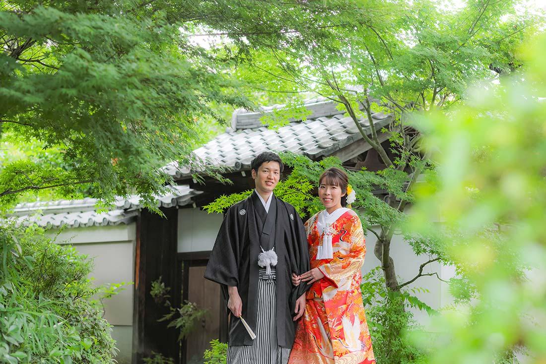 塔頭寺院前にて笑顔で新緑と和装前撮り