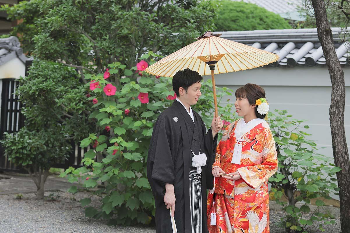 京都の芙蓉の花と結婚写真