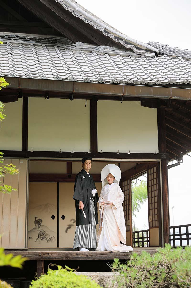 綿帽子の日本庭園での結婚記念写真