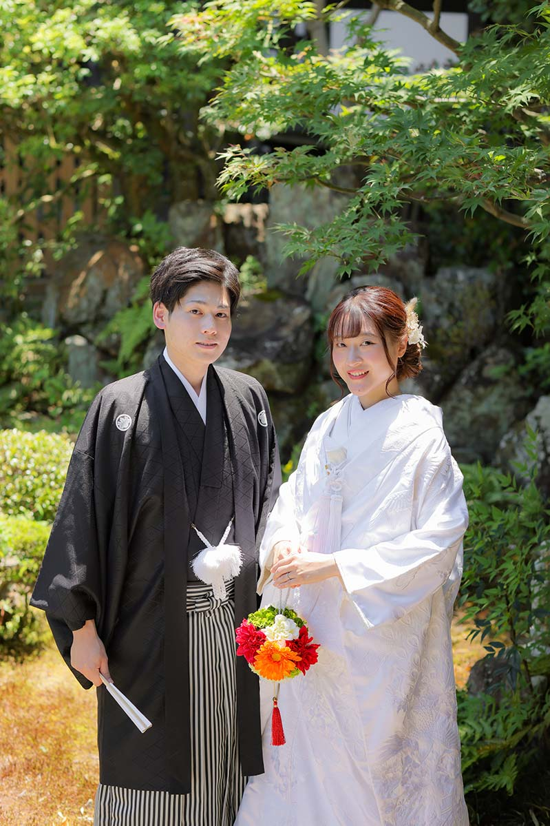 京都の夏の日差しの中笑顔の新郎新婦様