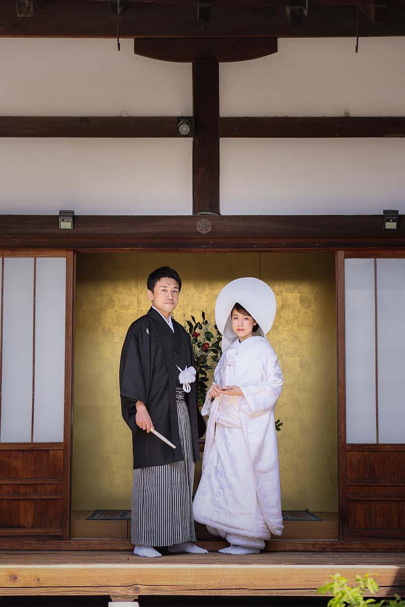 金屏風前での綿帽子での和装結婚写真