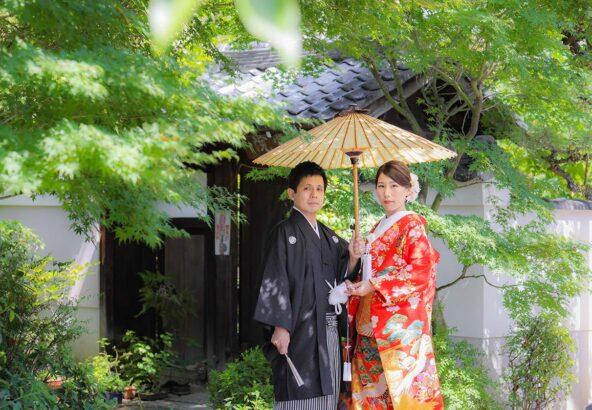 初秋の京都の明るい日差しと和装の新郎新婦様