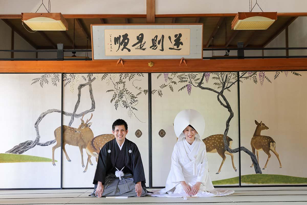 鹿の襖絵前での三つ指での和装結婚写真