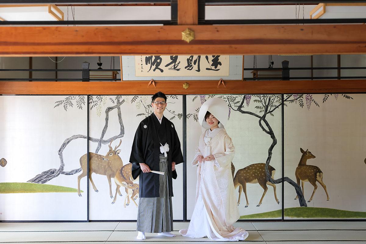 鹿の襖絵前での人気の和装結婚写真