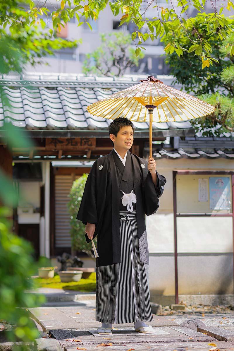 和傘を持つ羽織袴姿の新郎様