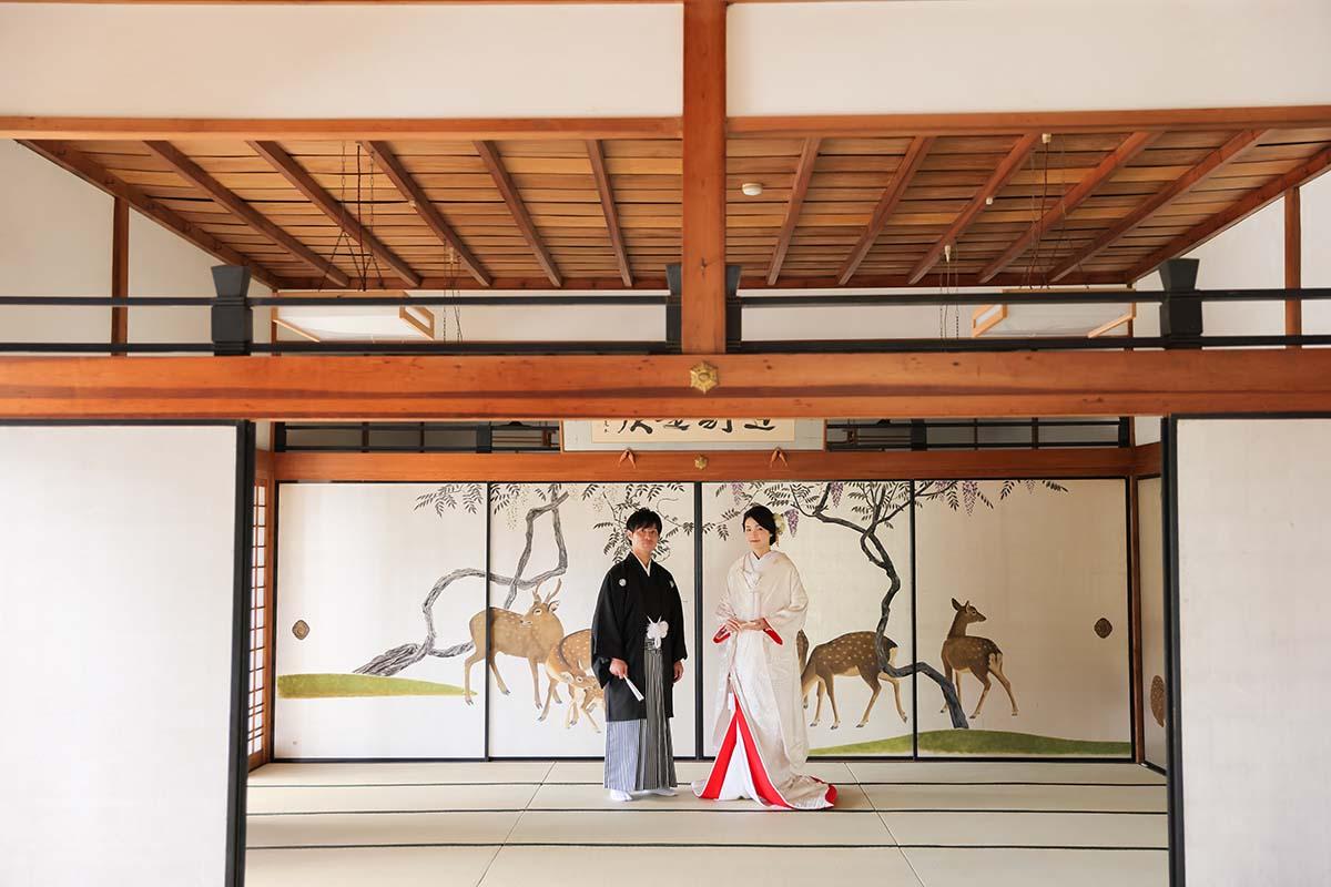 鹿の襖絵前での特別婚礼衣装撮影
