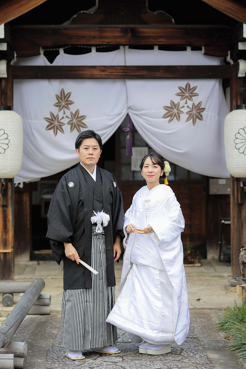 お正月飾りの前での新郎様と白無垢姿の花嫁様