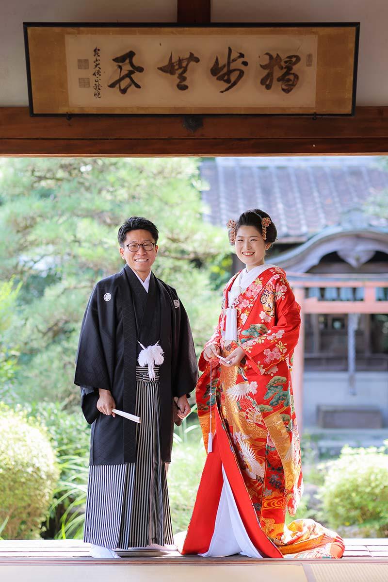 新日本髪で笑顔の花嫁様と新郎様