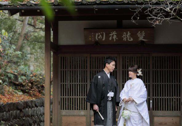長楽寺境内の建物内で見つめ合う新郎新婦様