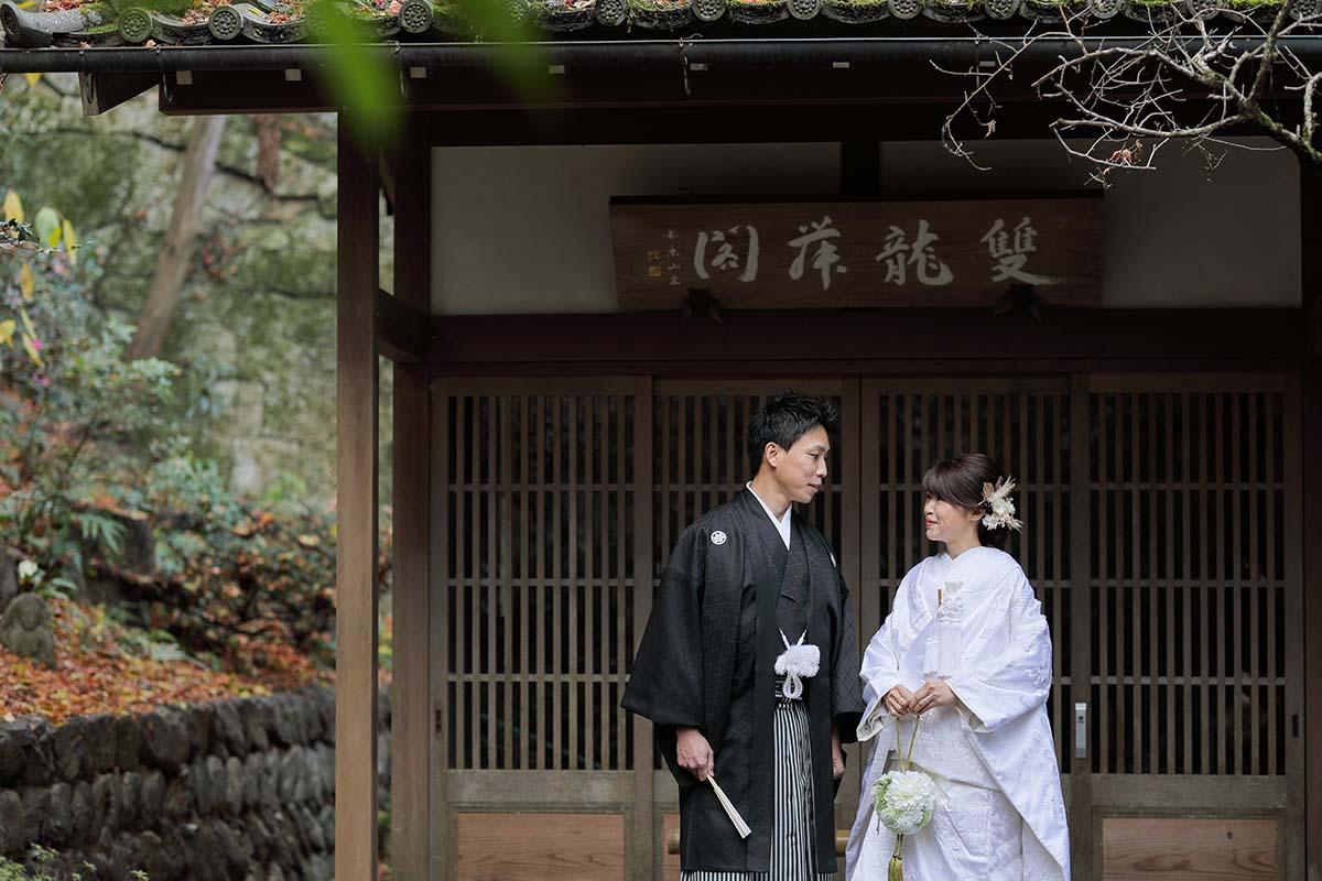 長楽寺の建物前で見つめ合う新郎新婦様